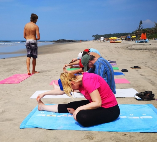 MEYOTRA Beach Yoga Body Strech Liam Coach